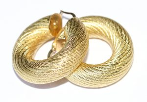 χρυσό σκουλαρίκι